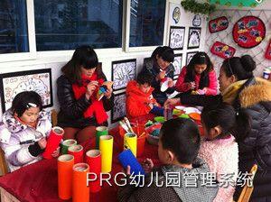 老师和孩子们一起动手,布置环境